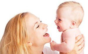 Madre y bebé riendo