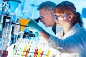 Científicos trabajando en laboratorio