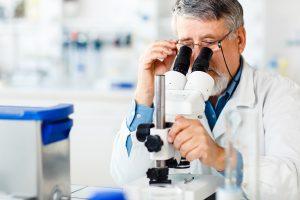 Científico con miscroscopio